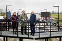 Koningin Willem-Alexander tijdens de officiële ingebruikname van het Reevediep, de nieuwe waterverbinding tussen de IJssel en het Drontermeer. Links minister Cora van Nieuwenhuizen, rechts gedeputeerde Bert Boerman.