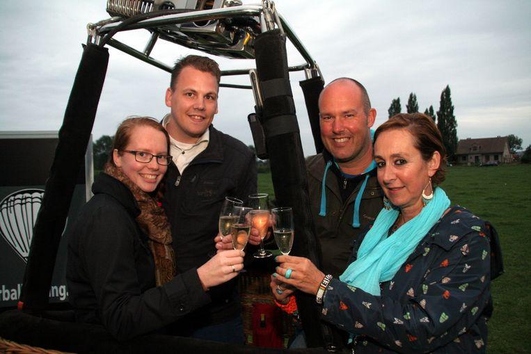 Nederlanders Peter en Adrianne Hooimeijer (links) klinken met Anne Agneessens van B&B Anne's House en ballonvaarder Steven Ongena op een geslaagde vlucht.