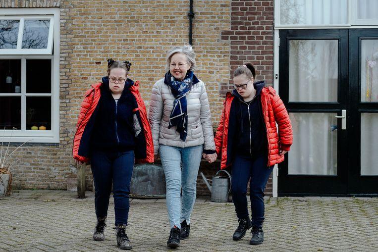 Thea Goedel met haar twee dochters Jasmijn en Rosalie. Beeld Merlin Daleman