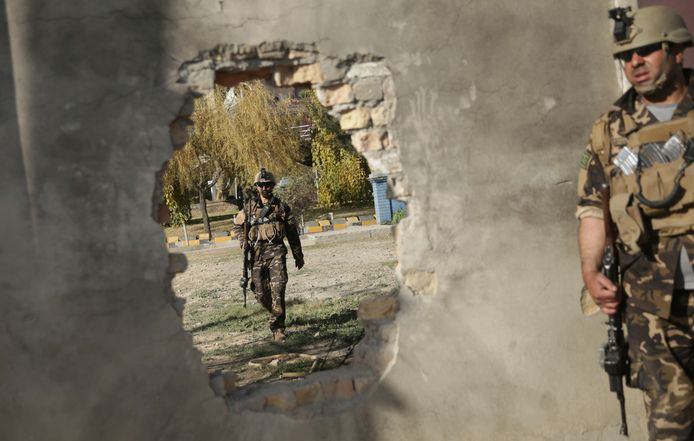 Soldaten patrouilleren bij het gebouw van Shamshad TV  in Kabul waar een aanslag is gepleegd. Foto Massoud Hossaini