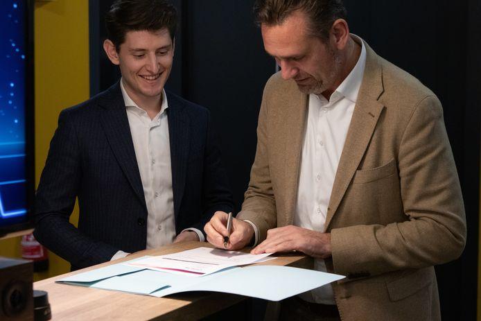 Glenn Bergmans van CodeSkillz (links), en conrector Tim Strik van het Van Maerlantlyceum bij de ondertekening van het contract.