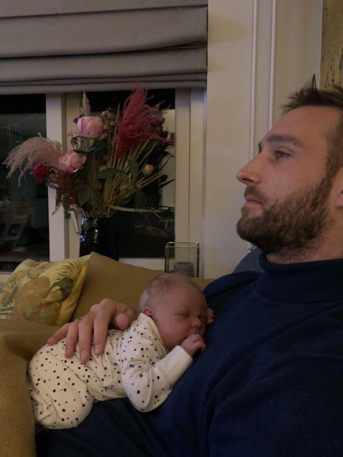 Bart Rietdijk met zijn pasgeborene.