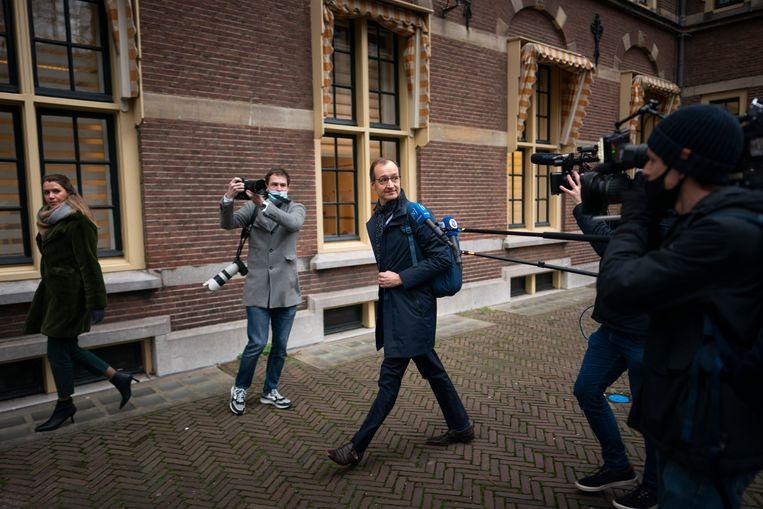 De vrijdag opgestapte minister van Economische Zaken Eric Wiebes verlaat het Binnenhof. Beeld Freek van den Bergh