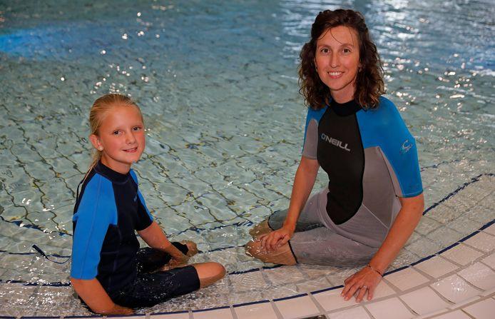Nouk en haar moeder trainen in het zwembad voor de Swim to Fight Cancer.