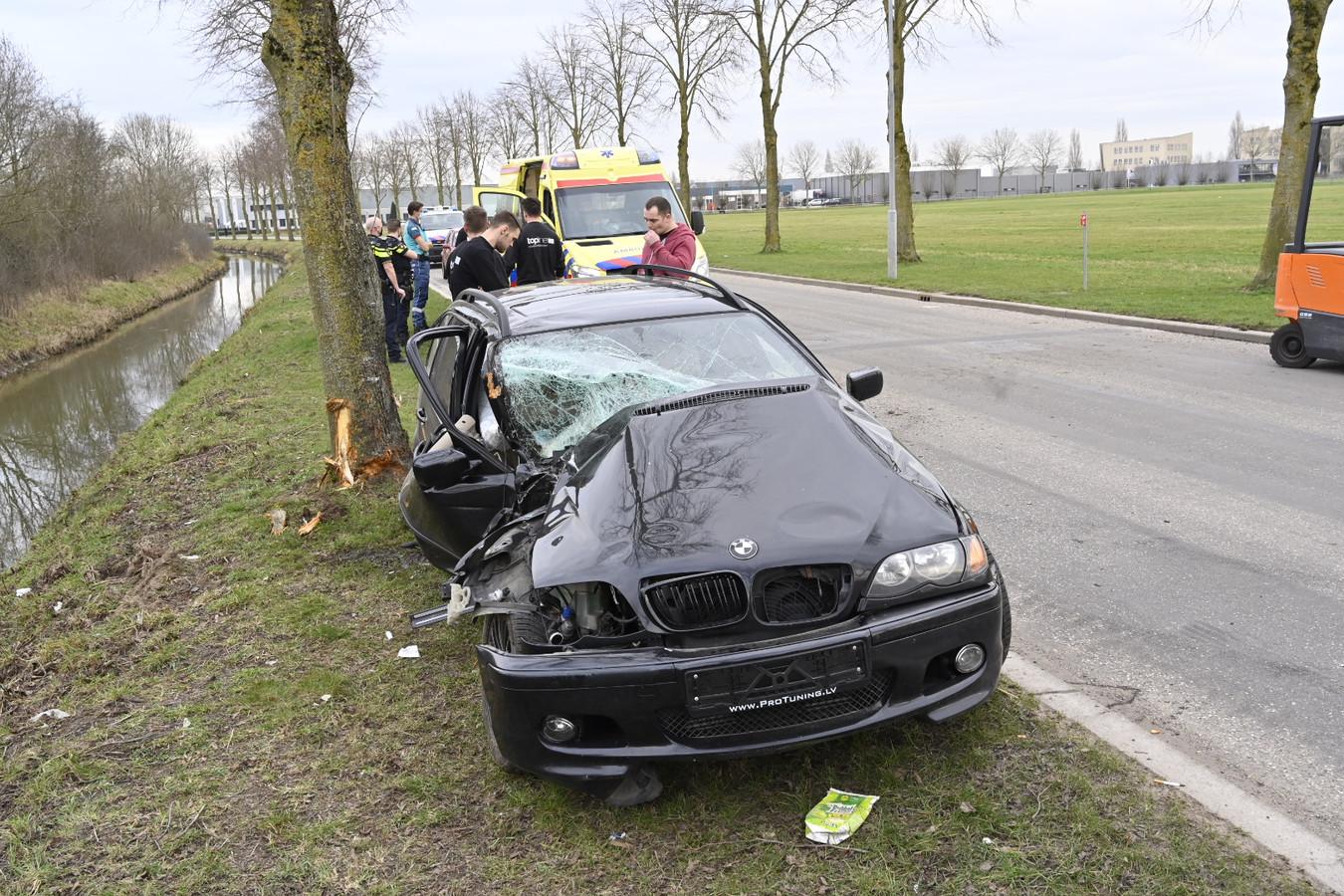 De gehavende auto op de Goudwerf in Beuningen. De bestuurder kwam met de schrik vrij.