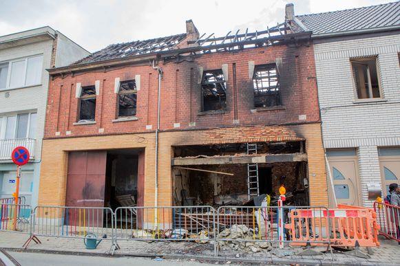 Fernand en Gloria verloren alles bij de hevige brand in hun 150 jaar oude woning. Zelf konden ze gelukkig tijdig aan de vlammen ontsnappen.