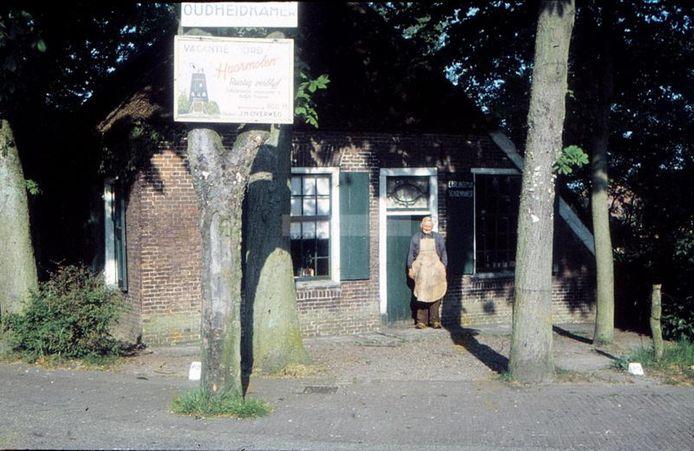 Het Schoenmakershuisje op archiefbeeld, met hier schoenmaker Ep Breukelman voor de deur die in 1970 overleed. De antieke woning is afgebroken. Van herbouw is nu definitief afgezien.