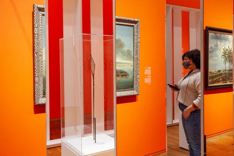 Bezoeker op de slavernij-tentoonstelling in het Rijksmuseum. Beeld Het Rijksmuseum