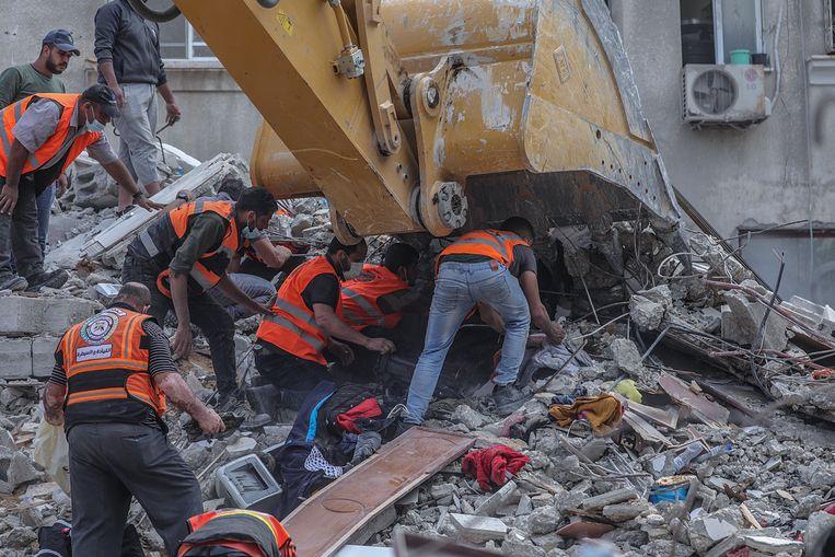 Reddingswerkers proberen mensen te bevrijden uit een ingestort gebouw in Gaza-Stad. Dertien Palestijnen kwamen bij een luchtaanval om het leven, meer dan veertig mensen raakten gewond. In totaal lieten sinds 10 mei al zeker 197 Palestijnen het leven, onder wie 58 kinderen, en raakten meer dan 1.200 mensen gewond. Aan Israëlische zijde vielen binnen diezelfde tijdspanne bij Palestijnse raketaanvallen vanuit Gaza tien doden, onder wie ook een kind, en 282 gewonden.  Beeld EPA