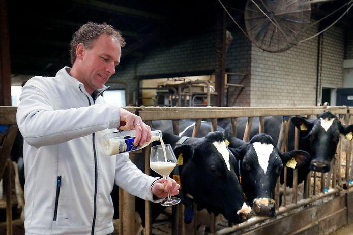 Matthijs Baan op zijn ogenschijnlijk 'gewone' boerderij. Maar achter ElkeMelk schuilt een bijzonder verhaal. En werkwijze.