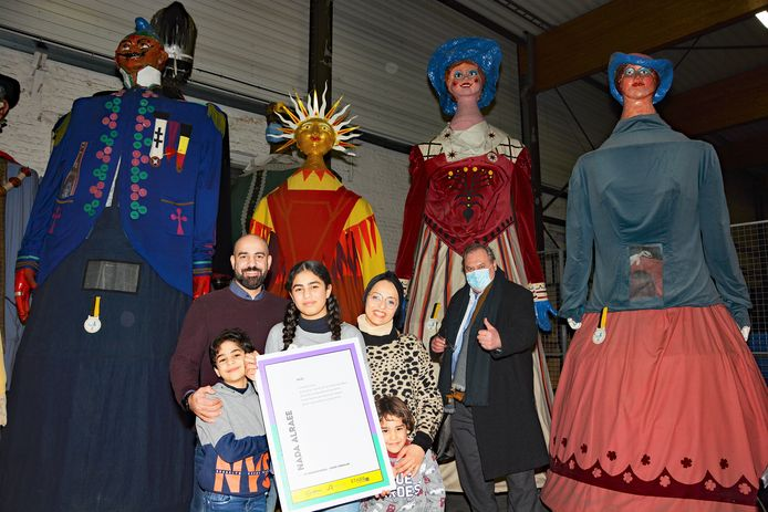 Junior Stadsdichter Nada Alraee en haar gezin samen met schepen Dirk Lievens en de Roeselaarse reuzenfamilie.