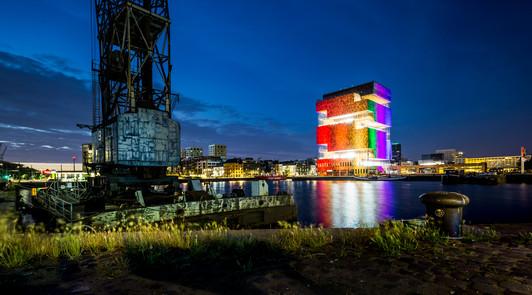 Foto van Van het politiekantoor tot het MAS: Antwerpen licht op in regenboogkleuren
