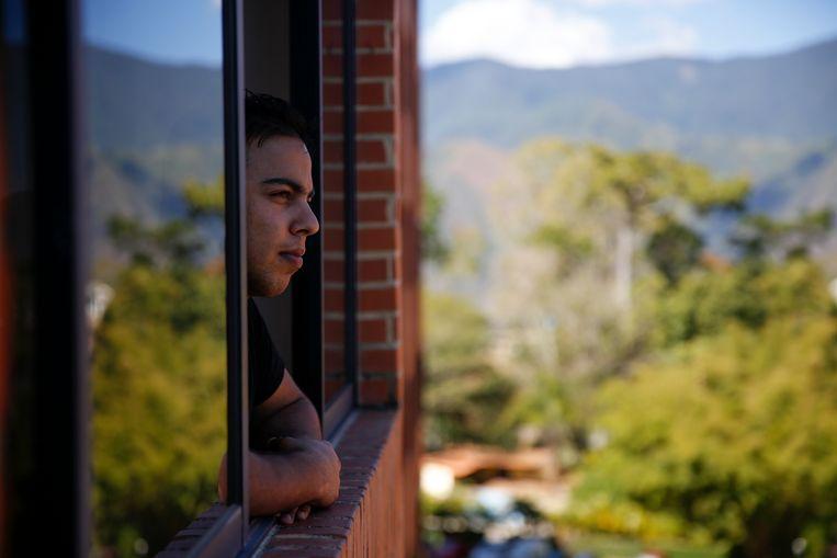 Hassan al Kankouchi kijkend uit zijn raam in Caracas. Beeld null