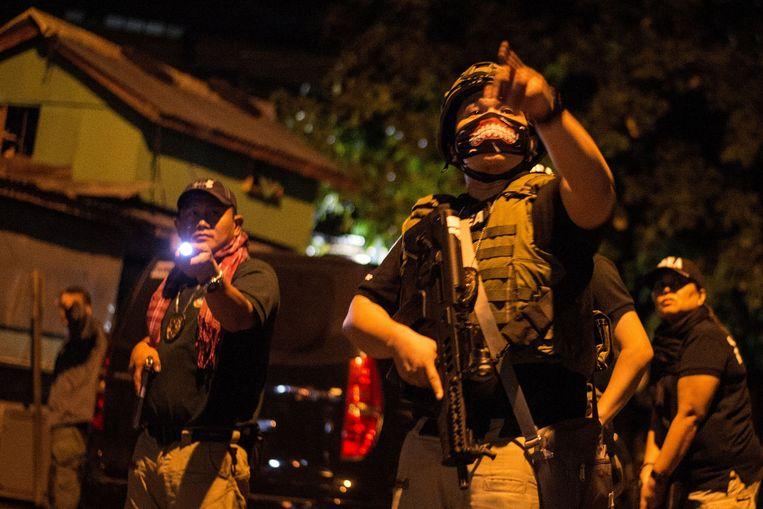 Filipijnse politieagenten tijdens een zoektocht naar drugsdealers in Taguig, 2018. Beeld AFP