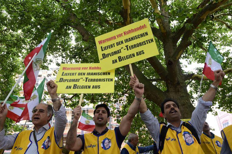 Activisten van de Nationale Raad van Verzet van Iran demonstreren Berlijn in juli van dit jaar vóór de uitlevering van Assadi aan ons land. Beeld AFP