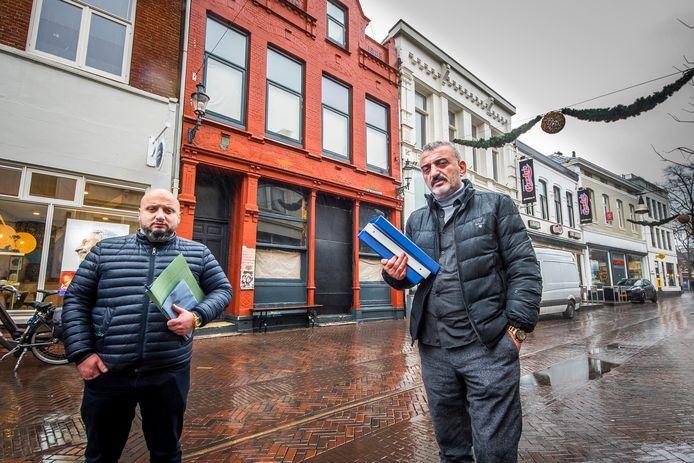 Nico, eigenaar van Marktstraat 6, en zijn zoon Mustafa.