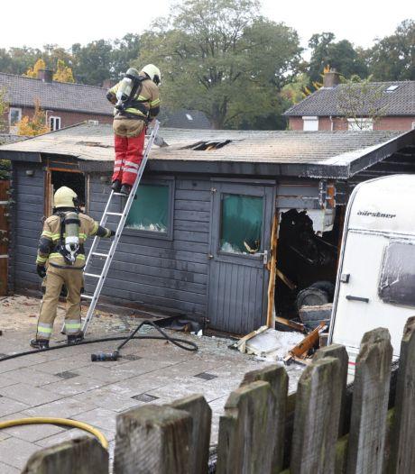 Brandweer zaagt dak open om schuurbrand te blussen in Sint-Oedenrode