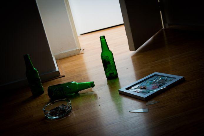 Foto ter illustratie. Een kapot bierflesje werd gebruikt als steekwapen.