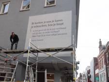 Stiekeme gedachte aan de Heuvelstraat: nieuwste muurgedicht van Tilburg