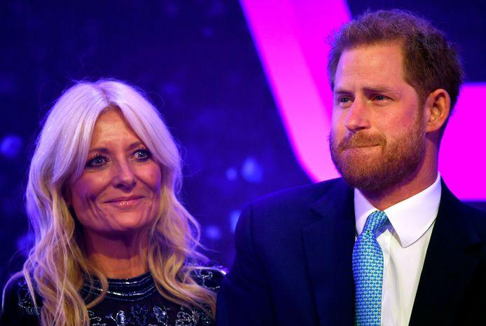Prins Harry wordt getroost door presentatrice Gaby Roslin.