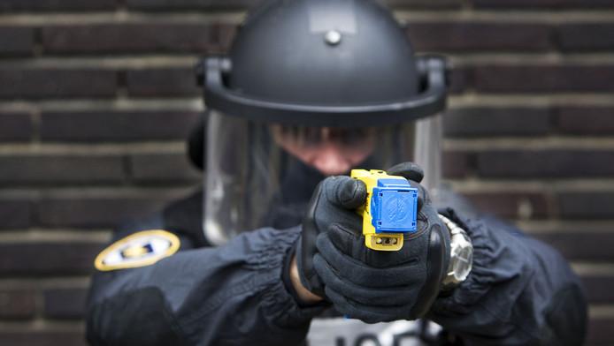 Demonstratie van een stroomstootwapen in 2009, toen arrestatieteams bij wijze van proef werden uitgerust met een Taser.