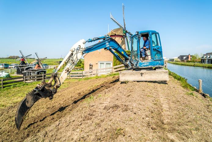 Dijk bij de Groenveldse molen wordt opnieuw aangelegd nadatze scheuren gevonden hadden in de dijk