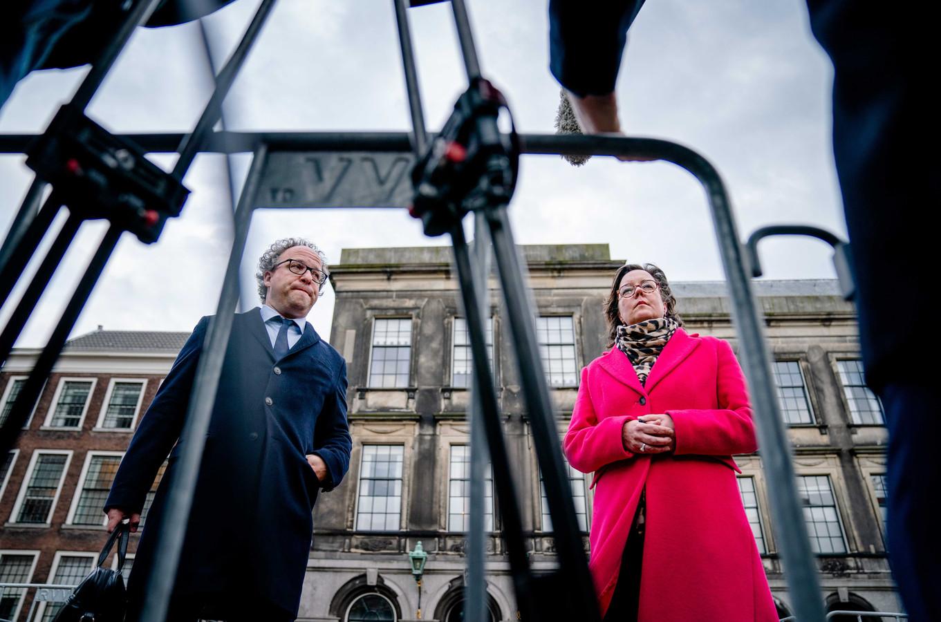 De nieuwe verkenners Tamara van Ark (VVD) en Wouter Koolmees (D66) staan de pers te woord op het Binnenhof.
