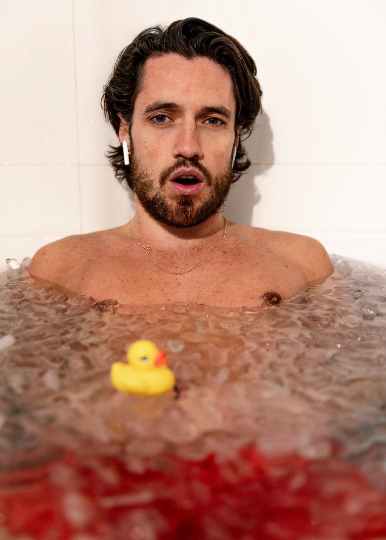 Jasper Demollin neemt een ijsbad. Beeld Lin Woldendorp
