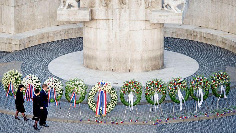 Koning Willem-Alexander en koningin Maxima arriveren bij het Nationale Monument op de Dam tijdens de nationale dodenherdenking. Beeld anp