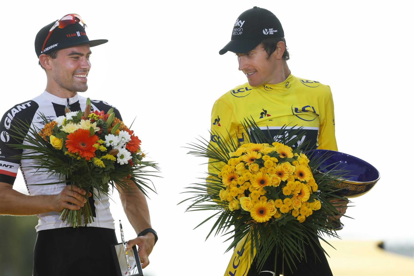 Tom Dumoulin en Geraint Thomas (R) na de laatste etappe van de Tour de France.