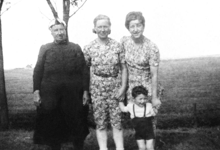 Bert Barend (broertje van Frits) met zijn moeder Betty Barend-Van der Kar in de zomer van 1944 op hun onderduikadres in Friesland bij Jeltje de Vries. Links staat grootmoeder Beppe de Vries Beeld -