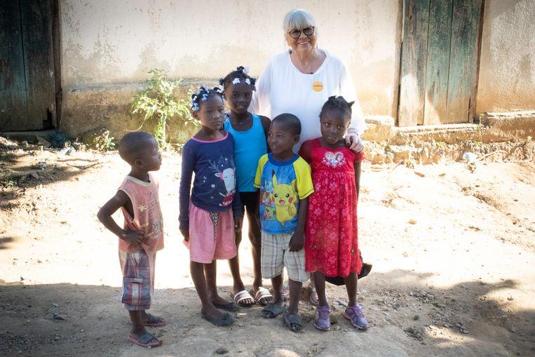 Sophie Vangheel met kinderen in Mombin-Crochu in het Haïtiaanse binnenland.