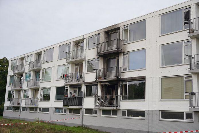 De appartementen boven de woning waar brand was zijn zwart van de rook.