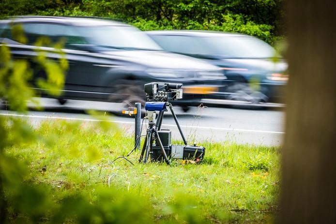 Bij een radarcontrole zet de politie een radar langs de weg, die verbonden is met een fotocamera. (Foto ter illustratie)