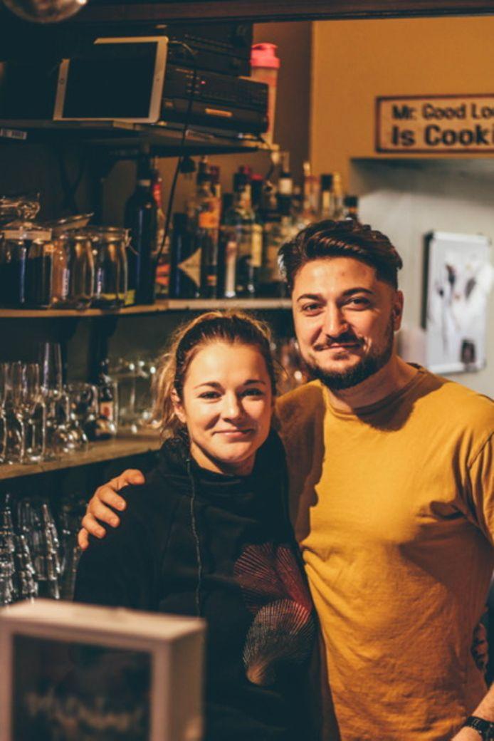 Soraya en Raffaele hopen genoeg geld in te zamekln om hun 'kroktailbar' te redden.