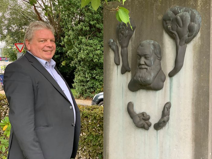 Chris Selleslagh bij standbeeld van Dr. Frans Hemerijckx.