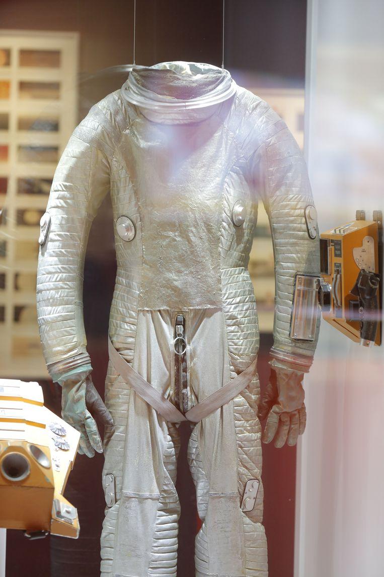 Een van de ruimtepakken uit de middensequentie van de film, op de maanbasis. Beeld Uwe Dettmar/ Deutsches Filminstitut