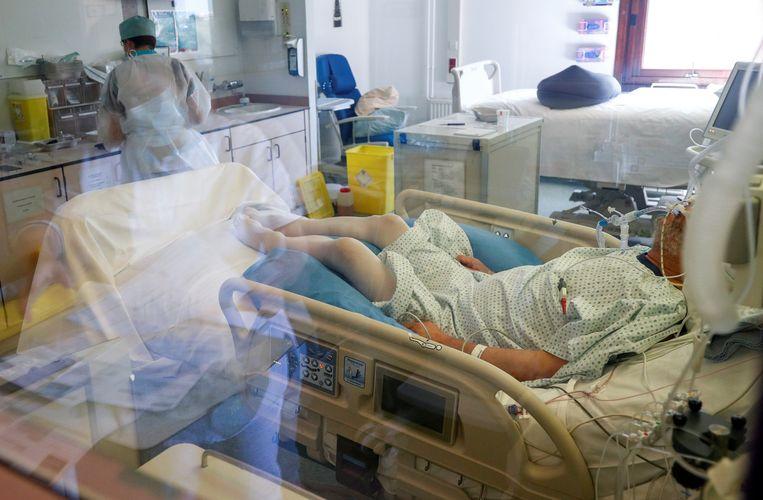 Met ziekenhuisopnames kan het snel gaan, zo bewees de eerste golf. Op 17 maart lagen er 497 patiënten in het ziekenhuis, twee weken later al 5.220. Beeld REUTERS