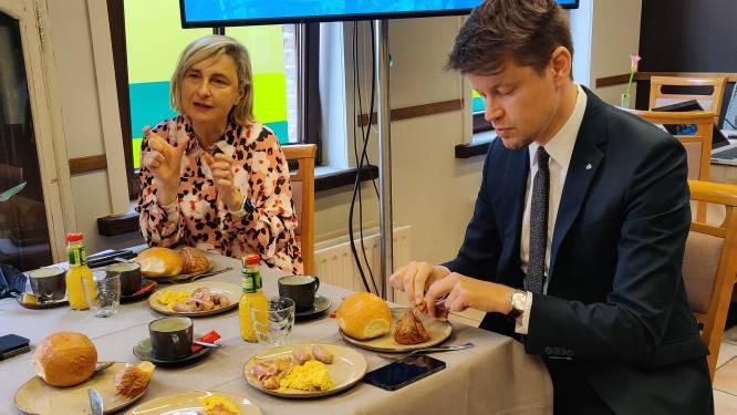 """Vlaams minister Hilde Crevits maakt in restaurant De Beiaard balans op van steun aan horeca: """"Eén van mijn favoriete adresjes"""""""
