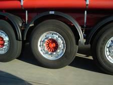 Vrachtwagen met mest gekanteld in 's-Heerenhoek