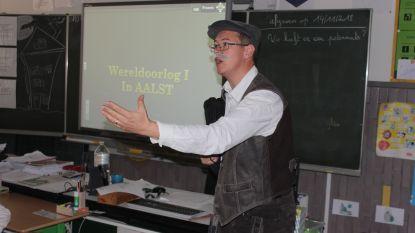Meester Peter speelt oorlogsavonturen van overgrootvader Alfons na in de klas