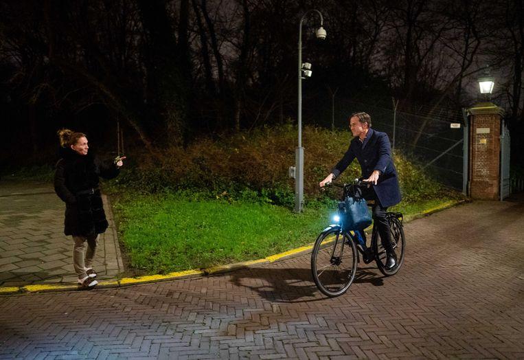 Premier Rutte verlaat het Catshuis na de bijeenkomst over het toeslagenrapport. Beeld ANP