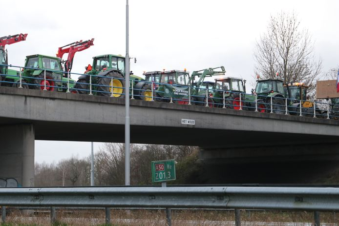 Boeren voeren actie op het viaduct boven de A50.
