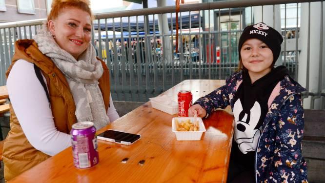 Fijn, je mag op de Enschedese markt weer zitten met je lekkerbekje: 'Het wordt weer gezellig'