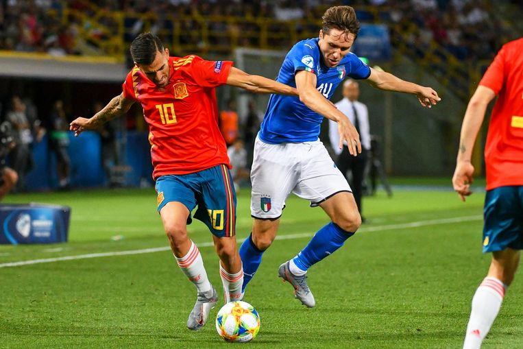 epa07652808 Dani Ceballos (L) of Spain in action against Federico Chiesa (R) of Italy during the UEFA European Under-21 Championship 2019 group A soccer match between Italy and Spain in Bologna, Italy, 16 June 2019.  EPA/ALESSIO MARINI