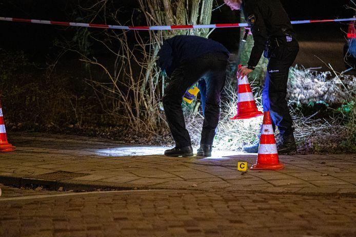 Onderzoek afgelopen nacht na een schietpartij in de Zwolse wijk Diezerpoort. Er worden zeker acht kogelhulzen gevonden.