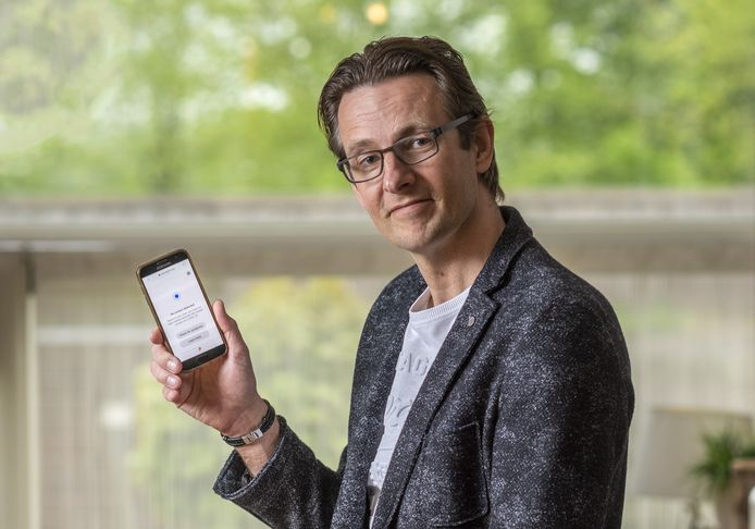 """Henri ter Hofte toont een van de virus-apps. ,,Ontwikkeld door een team vrijwilligers onder open licentie."""" Samenwerking is volgens hem noodzaak om snel tot een betrouwbare corona-app te komen."""