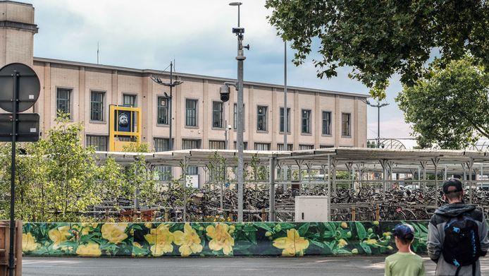 De nieuwe ANPR-camera staat nabij de fietsenstalling op het Stationsplein en heeft een zicht op de hele Reynaertstraat.