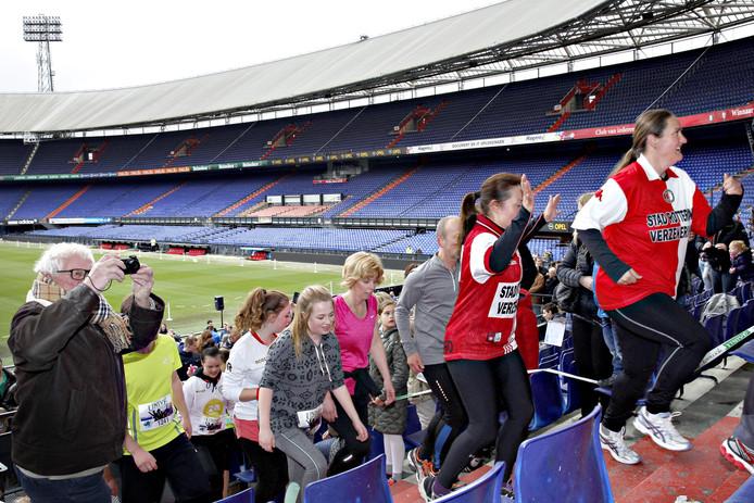 Rennen op de trappen van het Feyenoord-stadion.