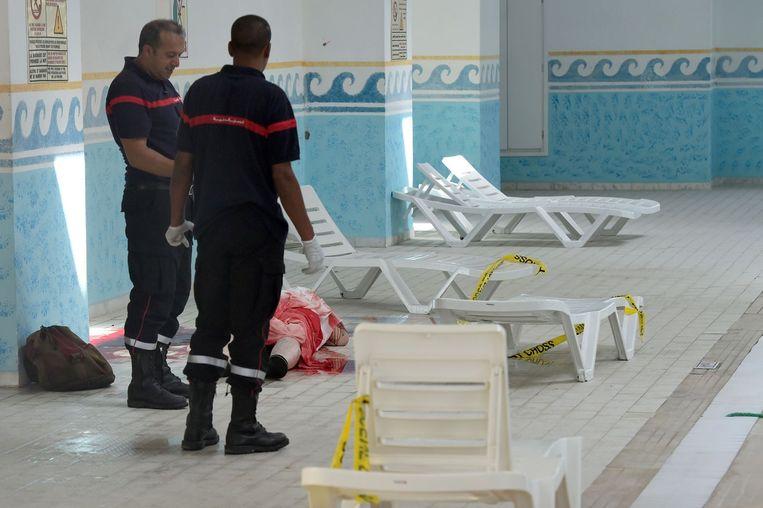 Politiemannen bij het zwembad van het hotel bij een slachtoffer Beeld afp